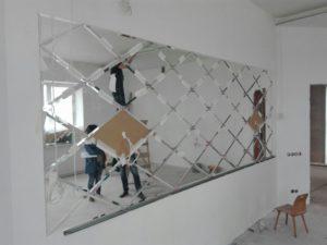Установка зеркального панно
