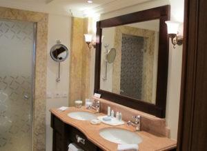 Настенные зеркала в ванную